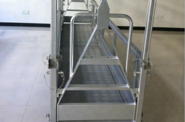 懸架されたスチール製作業台